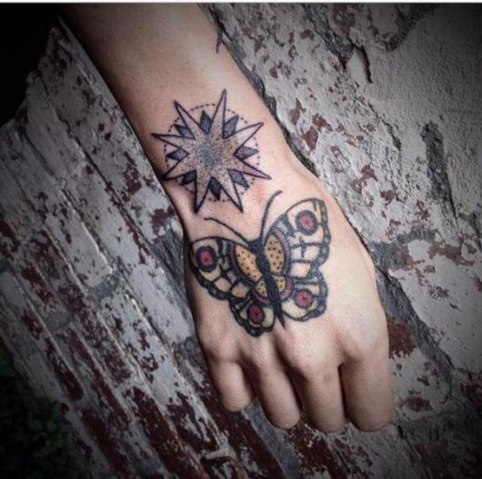 tattoo old school borboleta na mão