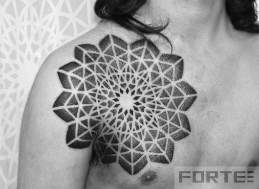 tatuagem geométrica mandala homem