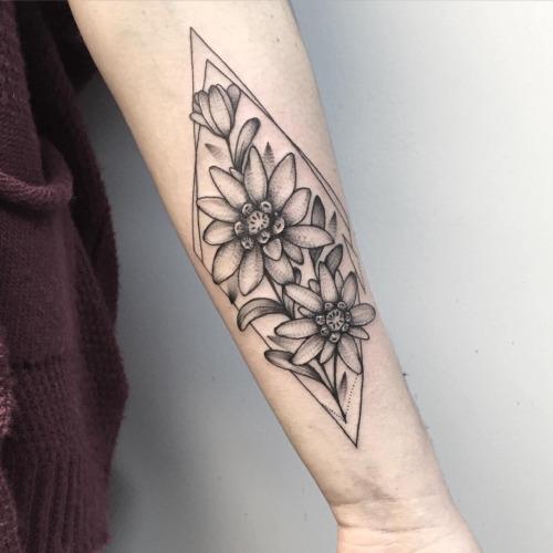 tatuagem geométrica outras flor