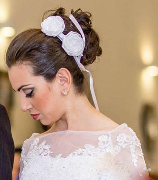 cabelo de noiva com tiaras de cetim