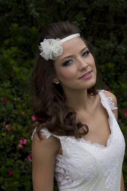 tiaras de cetim para noivas com flor lateral