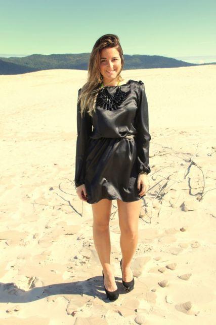 vestido de cetim curto com manga