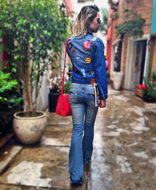 jaquetas com patches com jeans