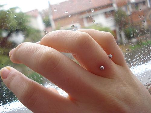modelos de piercing no dedo