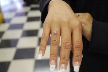 piercing no dedo com pedra grande