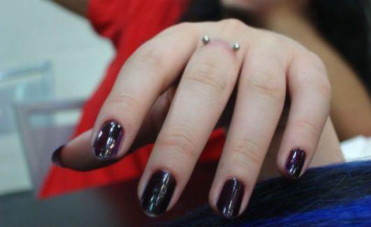 piercing no dedo na moda
