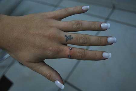 piercing no dedo no indicador