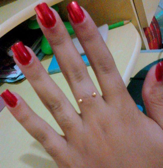 piercing no dedo dourado