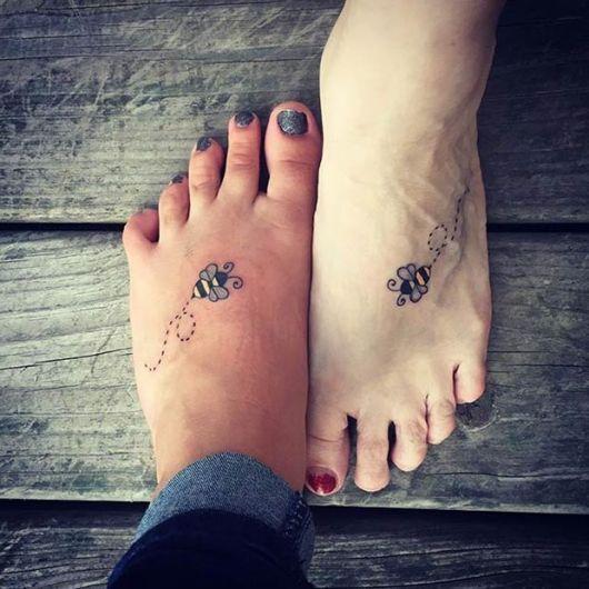 tatuagem mãe e filha abelha