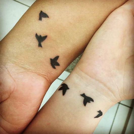 tatuagem mãe e filha passaros voando