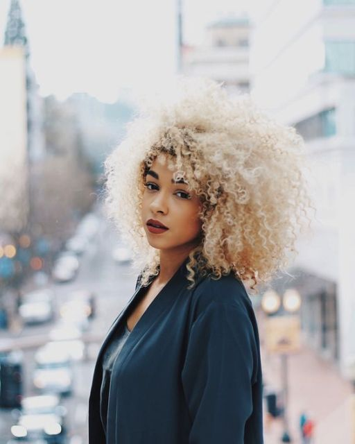 cabelo afro platinado