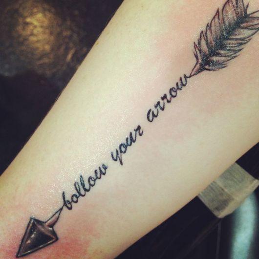 tatuagem-de-flecha-com-palavras