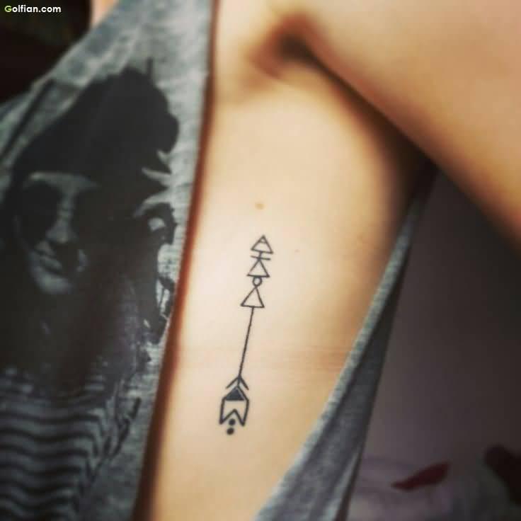 tatuagem-de-flecha-na-costela