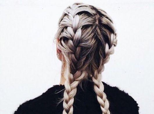 cabelo loiro com raiz escura