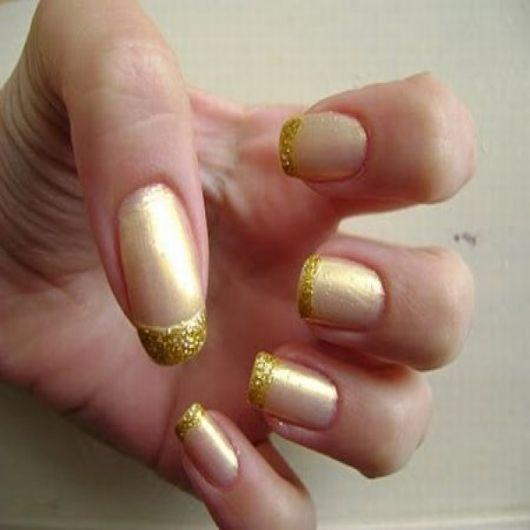 unhas-para-o-natal-douradas-com-glitter
