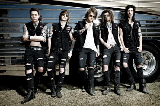 asking-alexandria-calca-rasgada