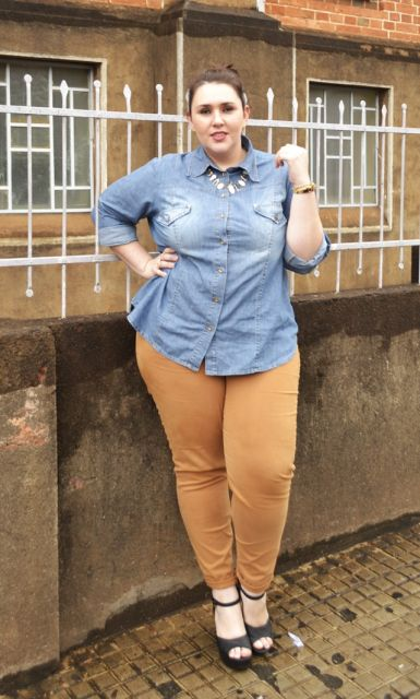calca-caramelo-camisa-jeans-plus-size