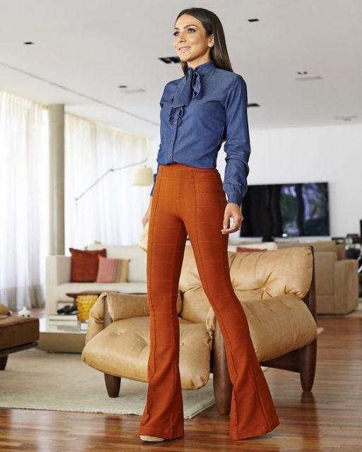 calca-caramelo-camisa-jeans