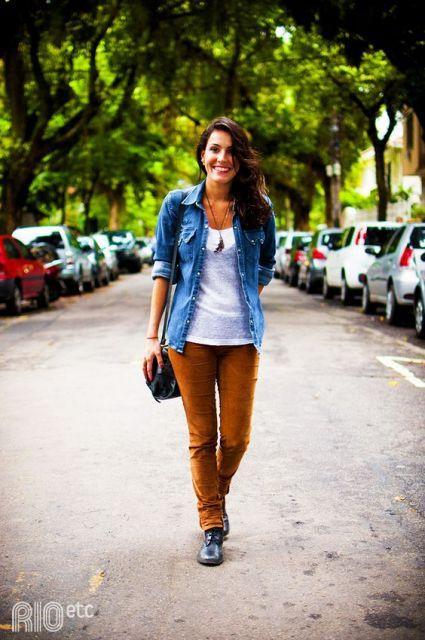 calca-caramelo-com-camisa-jeans