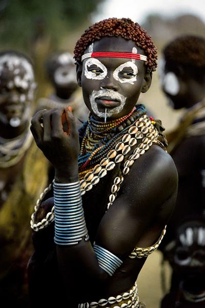 Mulher da Etiópia usando acessórios de búzio