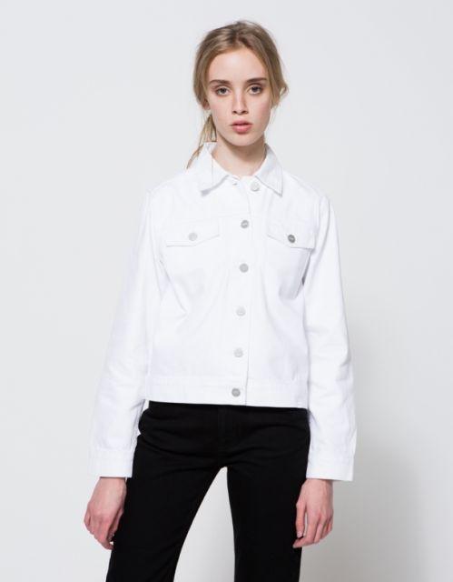jaqueta branca feminina usando como camiseta