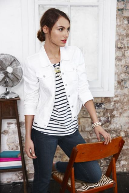 jaqueta branca feminina com blusa listrada