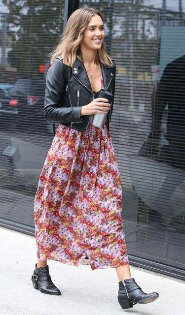 Vestido longo florido com jaqueta jeans