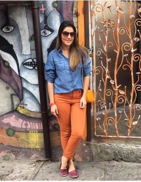 calça mostarda feminina com camisa jeans