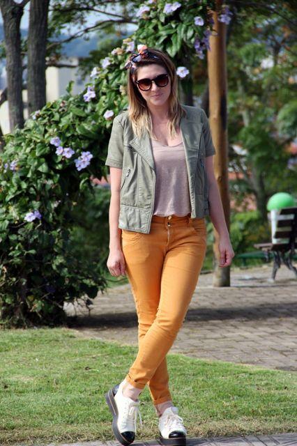 calça mostarda feminina com blusa jeans