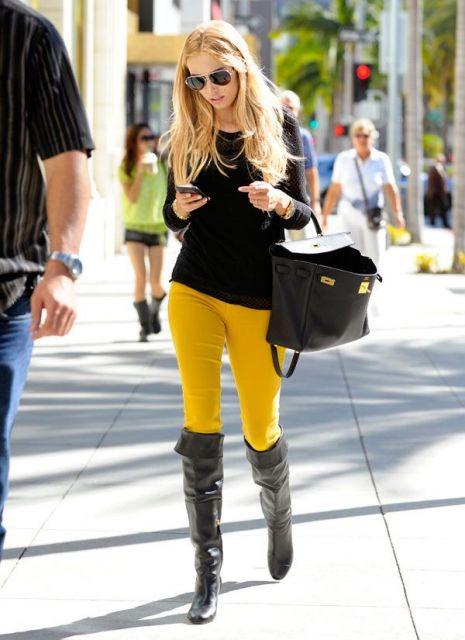 calça mostarda feminina com bota cano alto