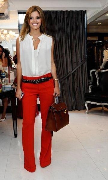 calca-vermelha-blusa-branca