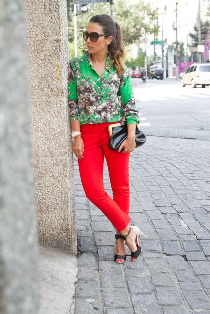 calca-vermelha-blusa-estampada-verde