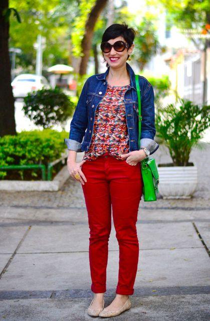 calca-vermelha-blusa-estampada