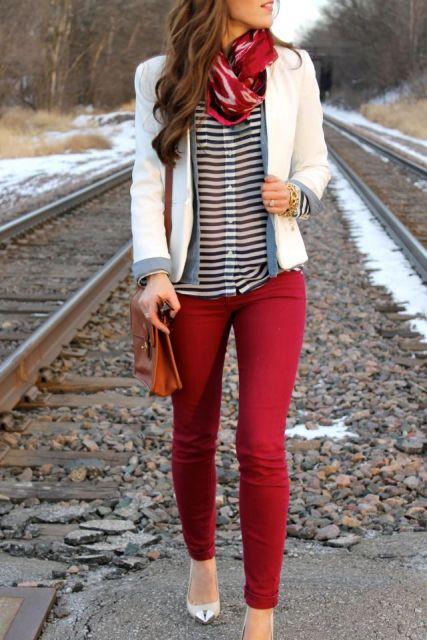 calca-vermelha-blusa-listrada