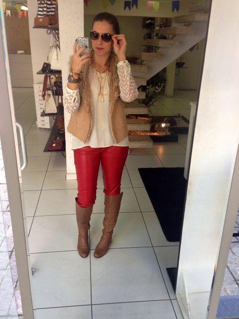 calca-vermelha-bota-marrom