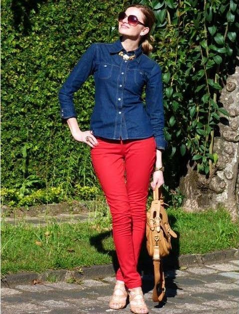 calca-vermelha-camisa-jeans-sandalia
