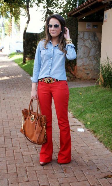 calca-vermelha-camisa-jeans