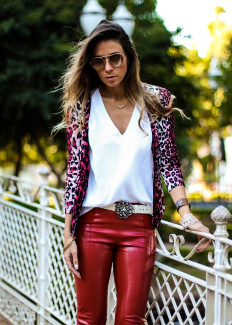 calca-vermelha-camiseta-branca