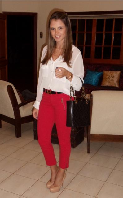 calca-vermelha-com-camisa-branca
