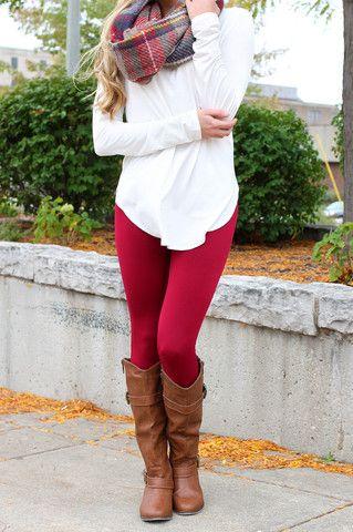 calca-vermelha-e-bota-marrom-legging
