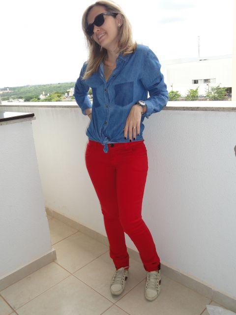 calca-vermelha-e-camisa-jeans