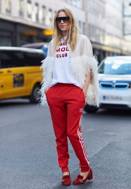 calca-vermelha-e-camiseta-branca