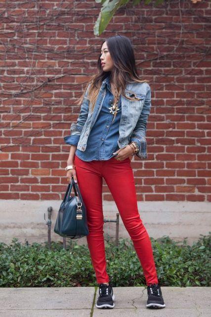 calca-vermelha-look-camisa-jeans