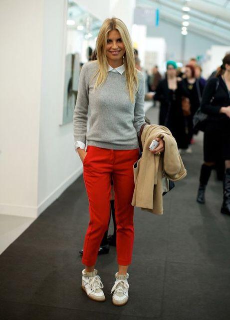 calca-vermelha-tenis-branco-fashion