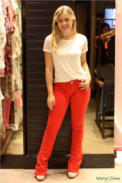 calca-vermelha-t-shirt-branca