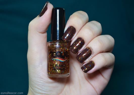esmalte-marrom-com-glitter-colorido