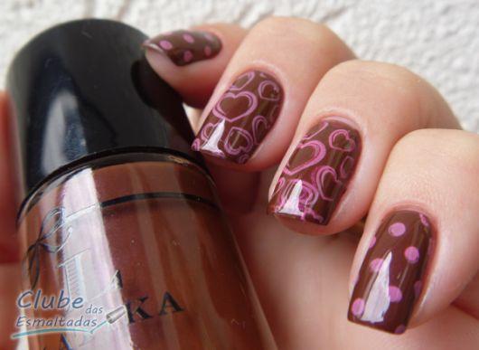 esmalte-marrom-com-rosa-coracoes