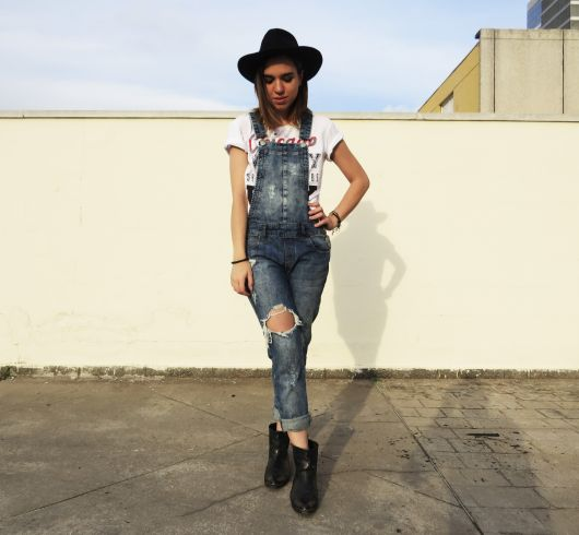 jardineira-jeans-com-bota-2