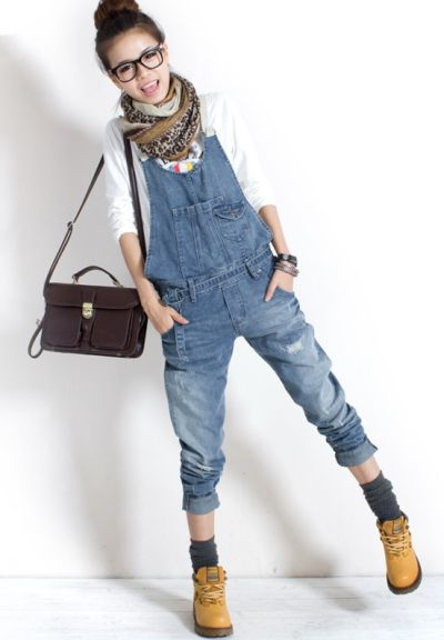 jardineira-jeans-com-bota-como-usar-ideias