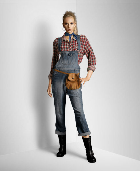 jardineira-jeans-com-bota-preta